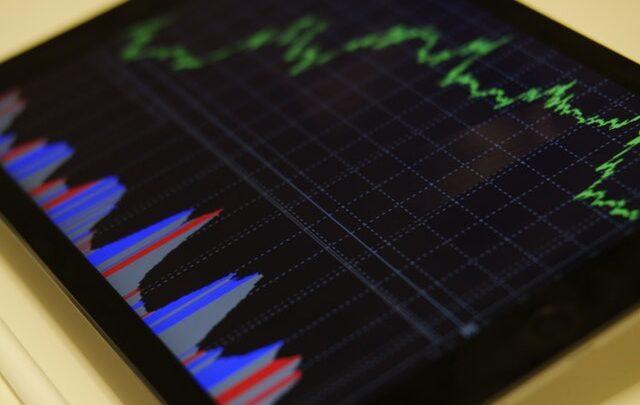 Tjen penge på investering i aktier – køb aktier du tjener penge på
